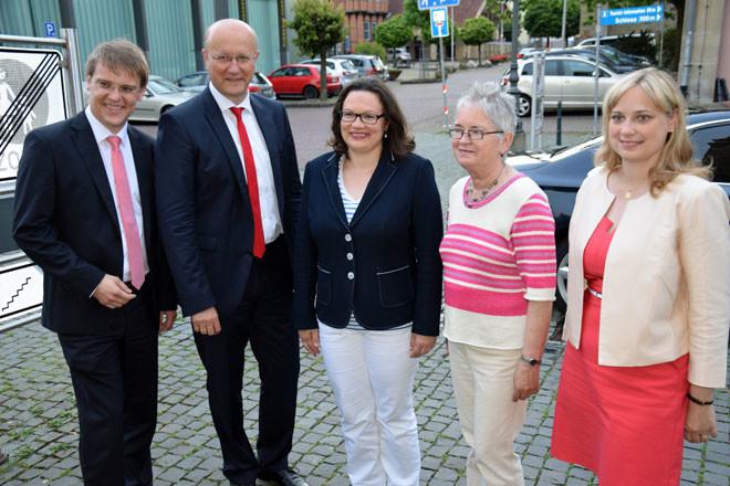 Andrea Nahles mit Parteimitgliedern