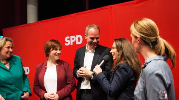 Die SPD BundestagskandidatInnen in einer Diskussion mit einer Moderatorin