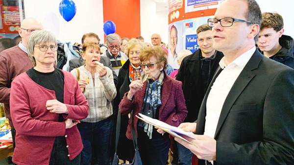 Grant Hendrik Tonne, der Vorsitzende des SPD-Unterbezirks Nienburg eröffnet das neue Büro.