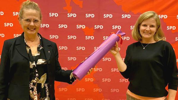 Luzia Moldenhauer (rechts) übergibt den AsF-Staffelstab an Theresa Abend (rechts)