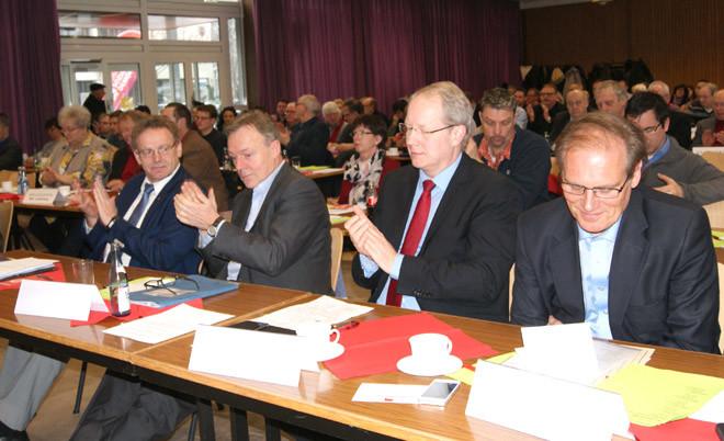 In der ersten Reihe: Karl Heinz Hausmann (Osterode), Thomas Oppermann (Göttingen), Stefan Schostok (Hannover) und Landrat Bernhard Reuter. Foto: Aschoff